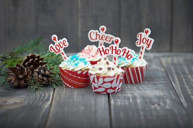 Leckere weihnachtsmuffins auf dem holz