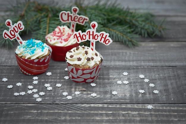 Leckere weihnachtsmuffins auf holzbrettern
