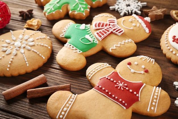Leckere weihnachtsplätzchen auf holzoberfläche