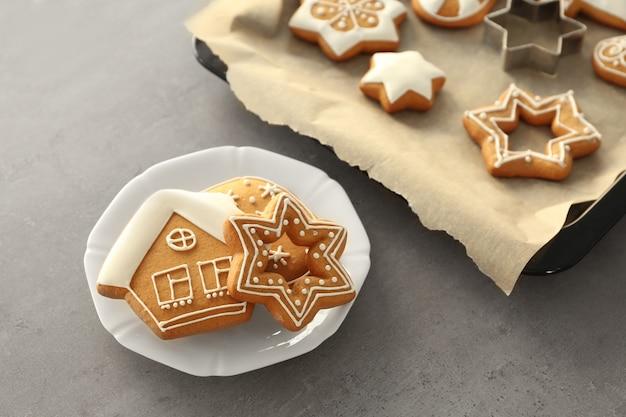Leckere weihnachtsplätzchen auf teller und backblech
