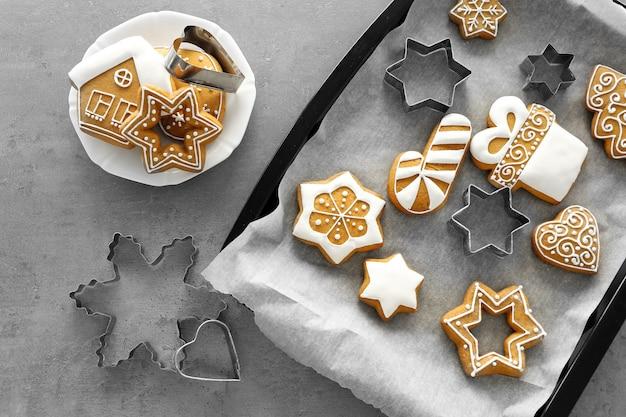 Leckere weihnachtsplätzchen mit ausstechformen auf backblech