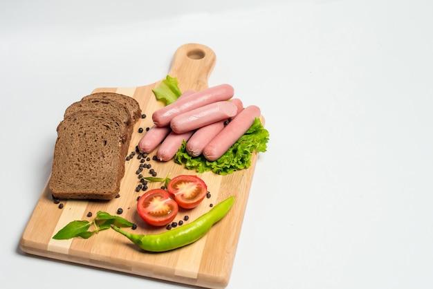 Leckere wurst und brot mit salat und tomaten