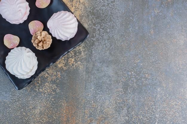 Leckere zephyrs mit gummibärchen und tannenzapfen. hochwertiges foto