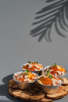 Leckere zitronenmuffins oder cupcakes mit zuckerguss und mandelflocken