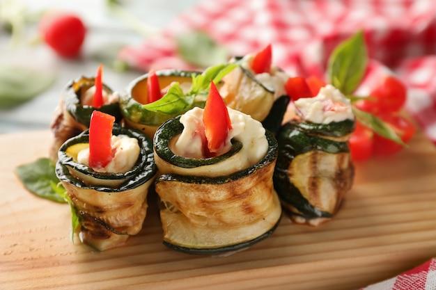 Leckere zucchini-röllchen an bord, nahaufnahme