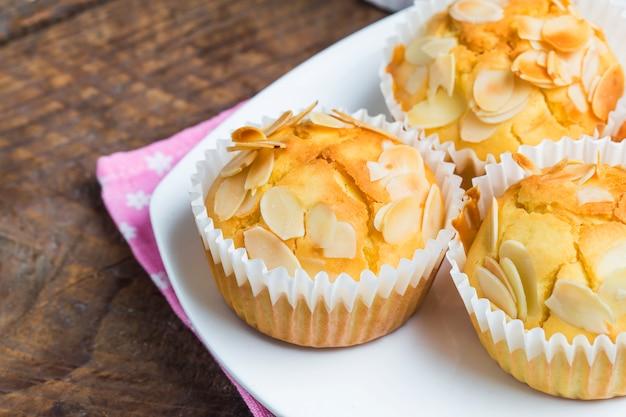 Leckere zucker muffins mit mandeln und walnüsse