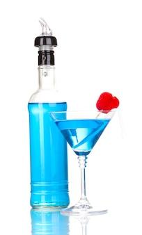 Leckerer blauer cocktail auf weiß