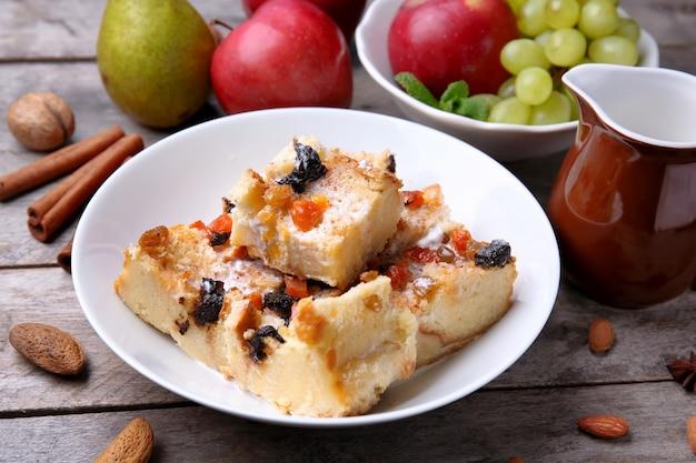 Leckerer brotpudding mit früchten auf dem tisch