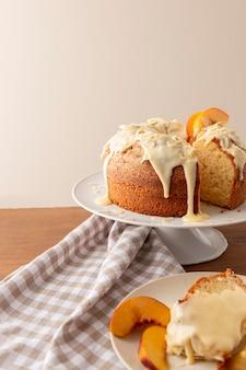 Leckerer bundt cake mit orangen-arrangement