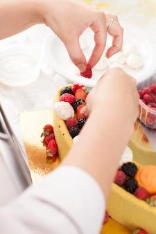 Leckerer bunter kuchen mit frischen sommerbeeren