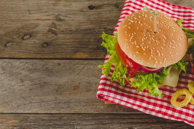 Leckerer cheeseburger mit zwiebelringen