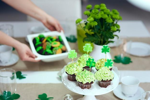 Leckerer cupcake auf dem tisch für den tag des heiligen patrick