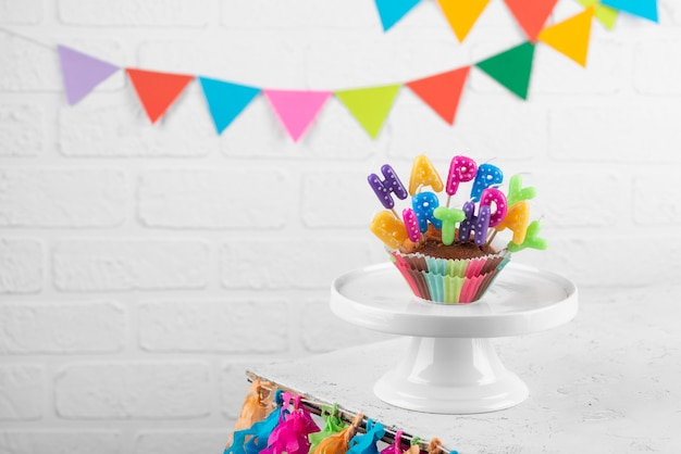 Leckerer cupcake mit partydekoration