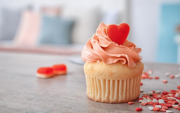 Leckerer cupcake zum valentinstag auf dem tisch