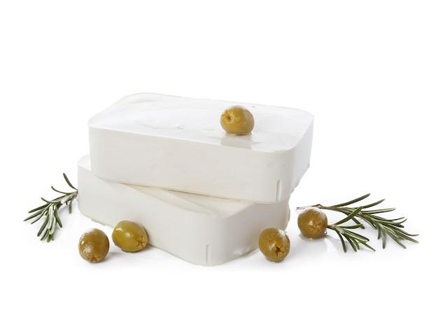 Leckerer fetakäse mit oliven und kräutern auf weiß herbs