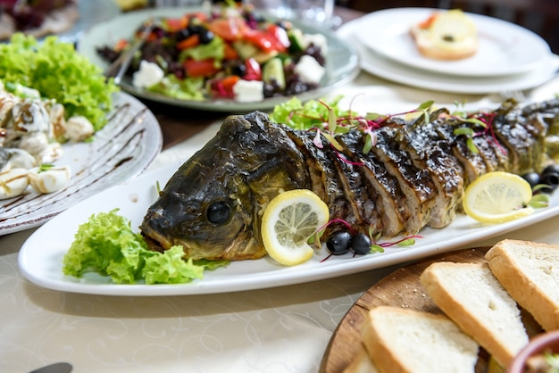 Leckerer fisch auf dem teller im restaurant hautnah