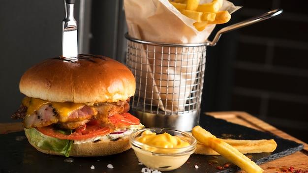 Leckerer fleischburger mit pommes frites.
