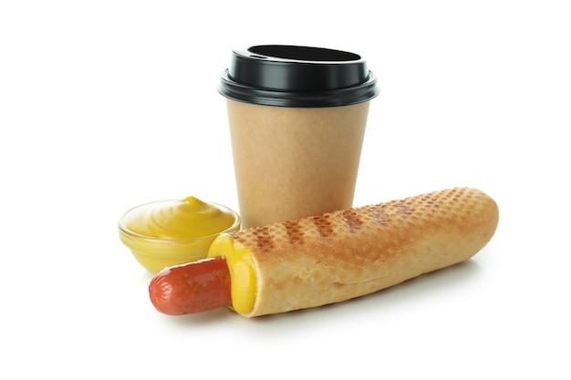 Leckerer französischer hot dog und kaffee isoliert auf weißem hintergrund