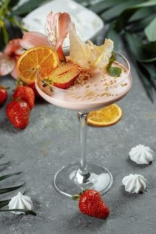 Leckerer frischer erdbeer-smoothie. sommerfrischer nachtisch.