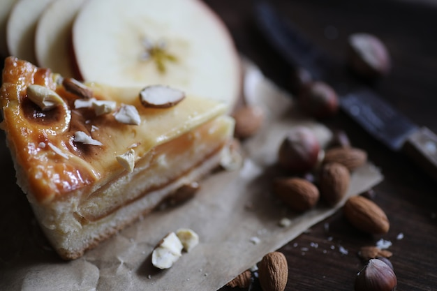 Leckerer frischer gebäckkuchen mit zimt und früchten