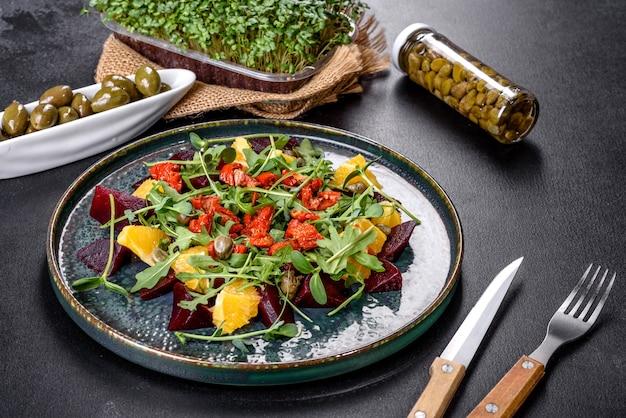 Leckerer frischer gesunder salat mit gekochten rüben, mikrogrün und orange. vegetarisches essen