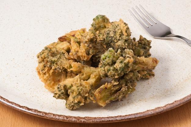 Leckerer frittierter brokkoli auf einem teller hautnah