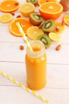 Leckerer fruchtsaft aus orange und kiwi