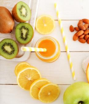 Leckerer fruchtsaft aus zitrone und kiwi