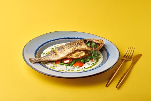 Leckerer gekochter fisch mit französischer sauce aus weißwein und frischem gemüse