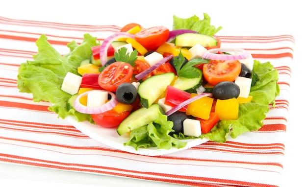 Leckerer griechischer salat auf weiß