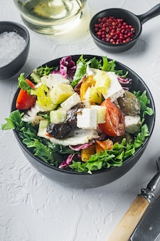 Leckerer griechischer salat mit feta, oliven und tomaten