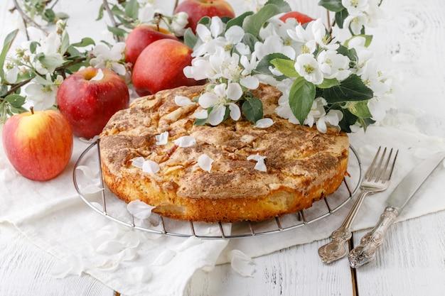 Leckerer hausgemachter apfelkuchen auf dem tisch