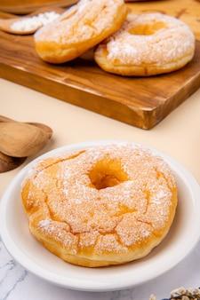 Leckerer hausgemachter donut oder donut donut ist in vielen ländern beliebt und wird in verschiedenen formen als süßer snack zubereitet, der selbstgemacht oder in bäckereien supermärkten gekauft werden kann
