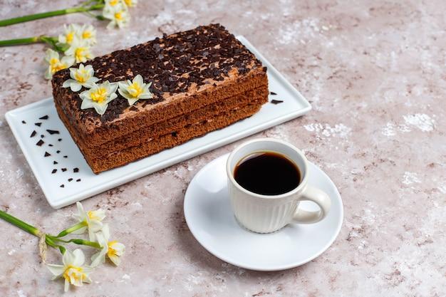 Leckerer hausgemachter schokoladentrüffelkuchen mit kaffee