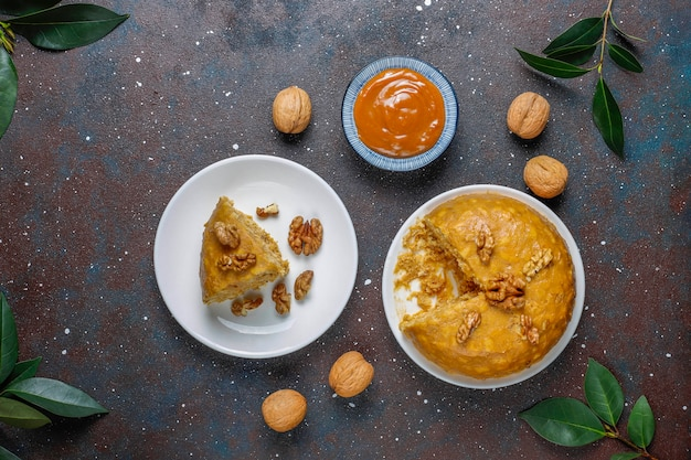 Leckerer hausgemachter sowjetischer traditioneller ameisenhaufen-kuchen mit walnuss, kondensmilch und keksen