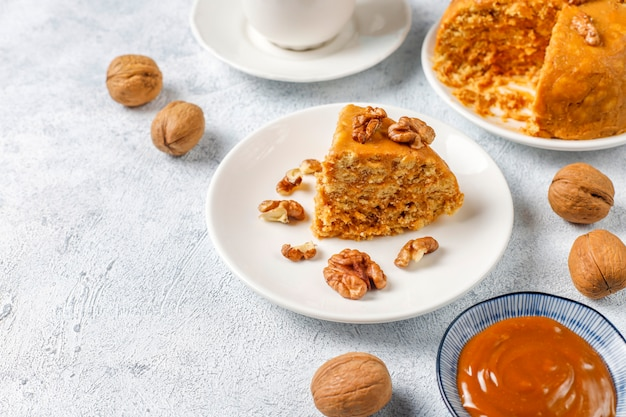 Leckerer hausgemachter sowjetischer traditioneller ameisenhaufenkuchen mit walnuss, kondensmilch und keksen