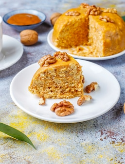 Leckerer hausgemachter traditioneller sowjetischer ameisenhaufenkuchen mit walnuss