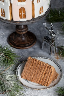 Leckerer hausgemachter weihnachtshonigkuchen mit lebkuchendekorationen