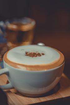 Leckerer heißer cappuccino-kaffee