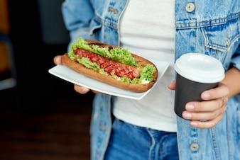 Leckerer Hot Dog und Kaffee zum Mitnehmen. Fast Food, Street Food