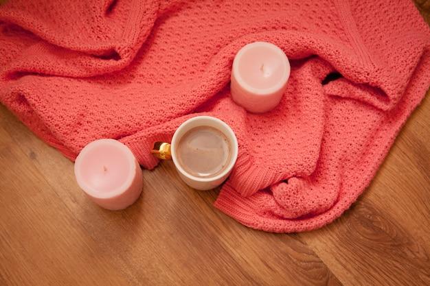 Leckerer kaffee oder kakao auf einem hölzernen raum und einer rosa tischdecke