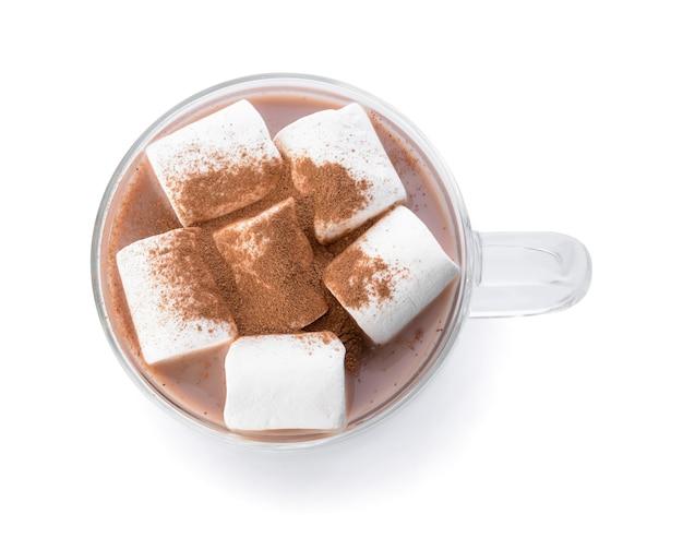 Leckerer kakao mit zimt und marshmallows in der tasse