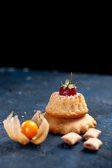 Leckerer kleiner kuchen mit kissenförmigen keksen auf blau