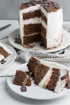 Leckerer kuchen auf weißem teller