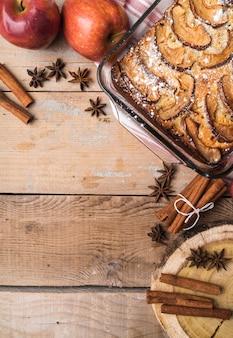 Leckerer kuchen der draufsicht mit zucker besprüht