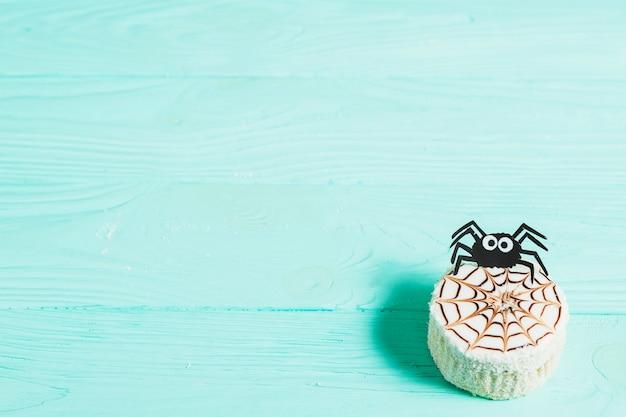 Leckerer kuchen mit dekorativer spinne