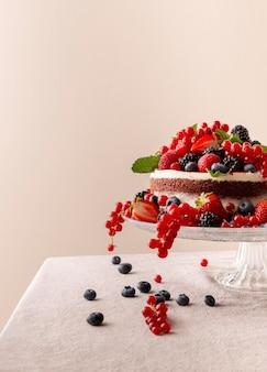 Leckerer kuchen mit waldfruchtkomposition