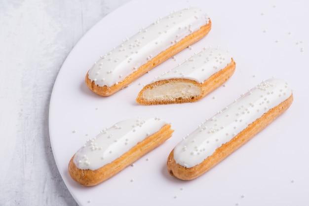 Leckerer kuchen mit zuckerguss auf einem weißen teller