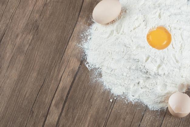 Leckerer kuchen mit zutaten auf holztisch.