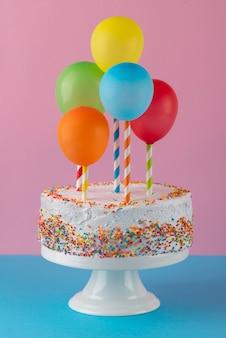 Leckerer kuchen und bunte luftballons